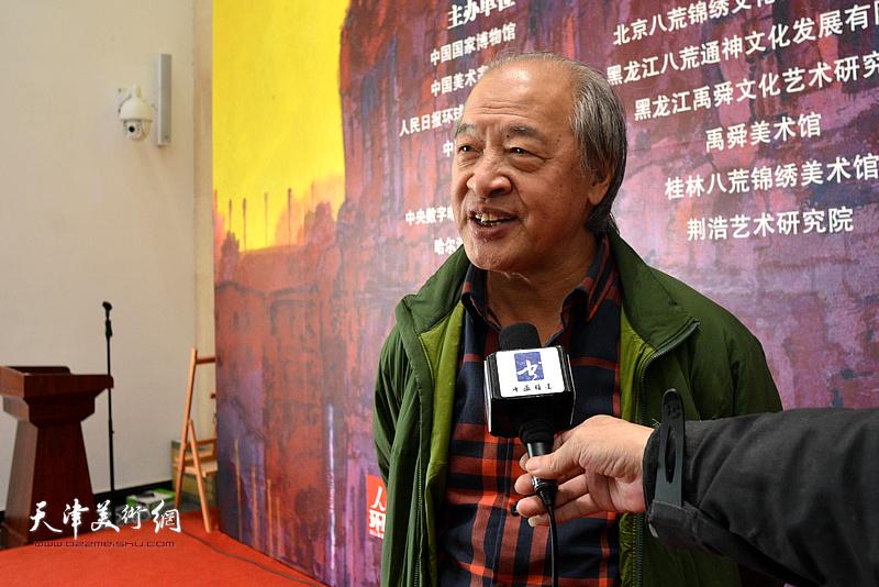 王书平在画展现场接受媒体采访。
