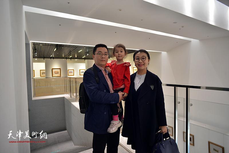 唐山女画家李晓庆在画展现场。