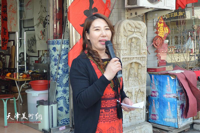 马钰涵主持新址开业庆典活动。