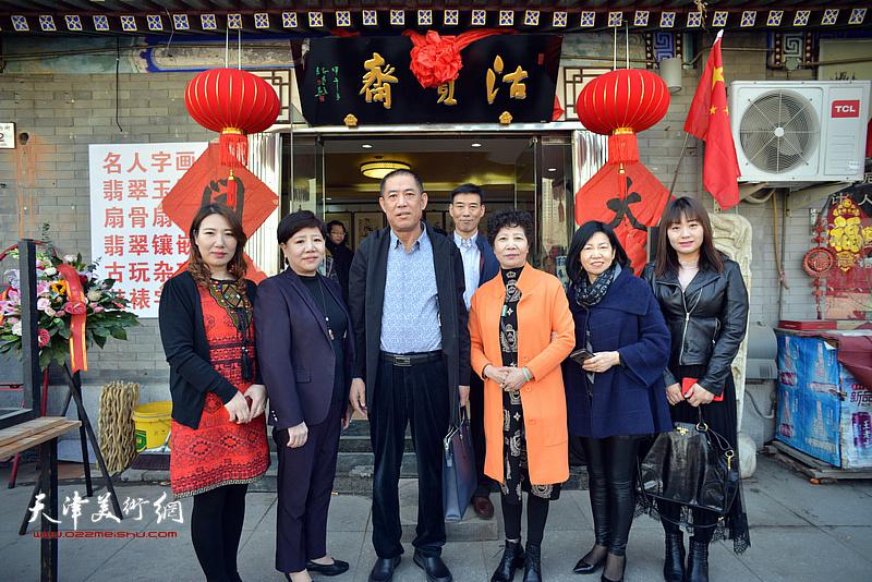 左起:马钰涵、田洪清、魏荣文、田桂清、尚树亭、胡晓玲在沽宝斋新址前。