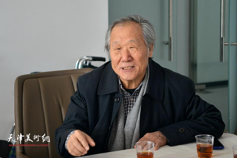 天津市美术家协会山水画专业委员会主任姬俊尧在联谊活动上讲话。