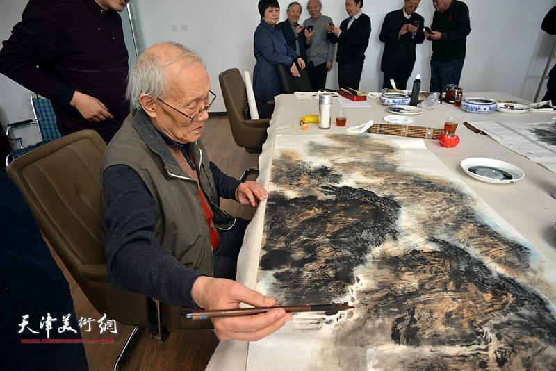 孙长康在联谊活动现场创作。