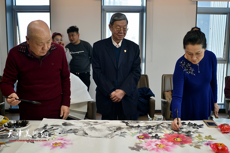 王鸿林、刘凤棋、张静在联谊活动现场创作。