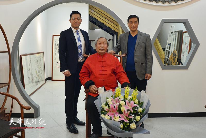 唐云来先生与新徒林广杰、唐光升在拜师仪式现场。