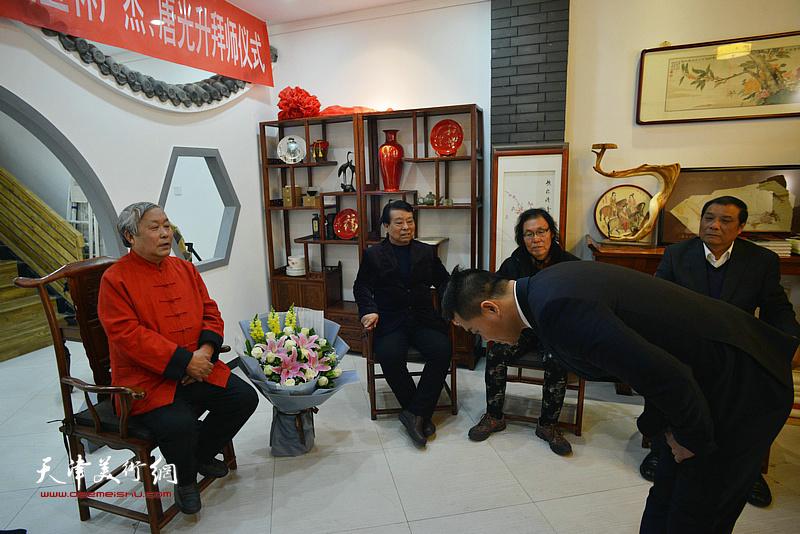 新弟子唐光升向恩师唐云来行礼。
