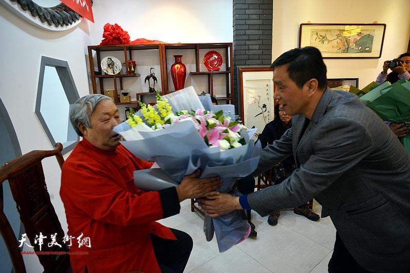 新弟子林广杰向恩师唐云来敬献鲜花。