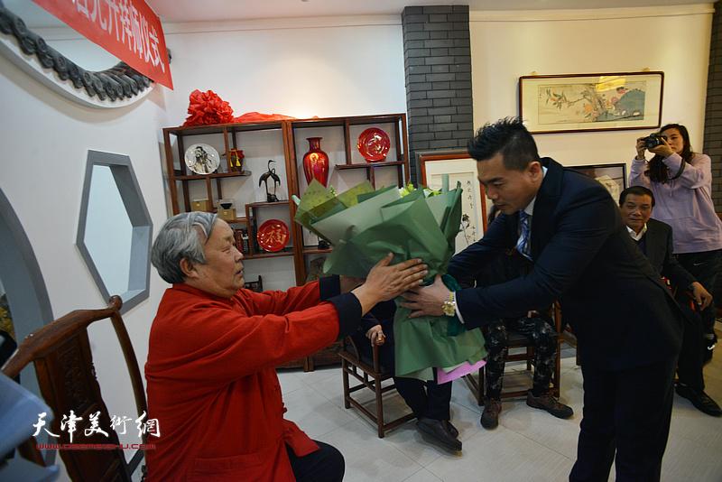 新弟子唐光升向恩师唐云来敬献鲜花。