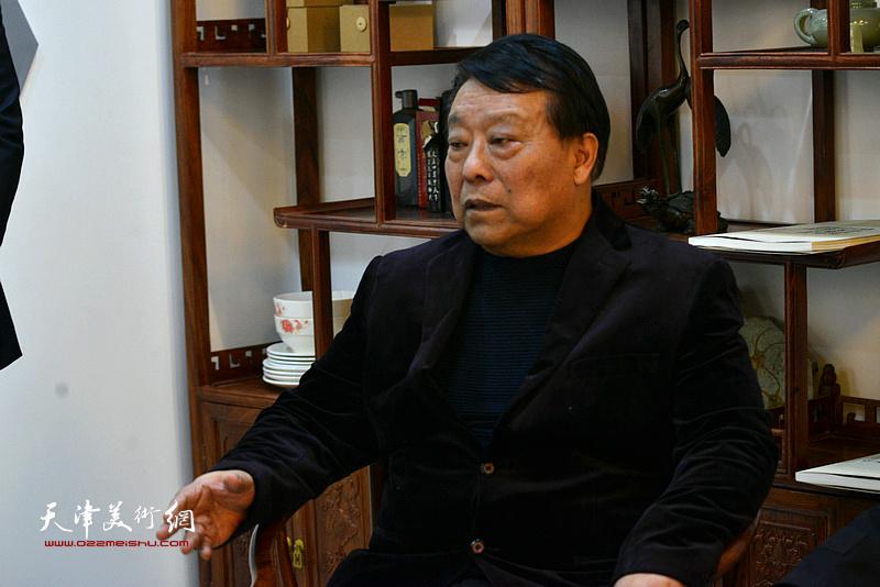 胡玉林祝贺唐云来先生喜收新徒。