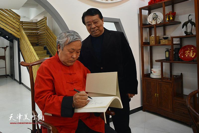 唐云来先生为胡玉林在新出版作品集上签名留念。