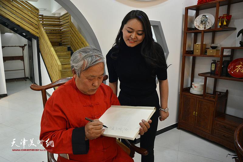 唐云来先生为唐光芙在新出版作品集上签名留念。