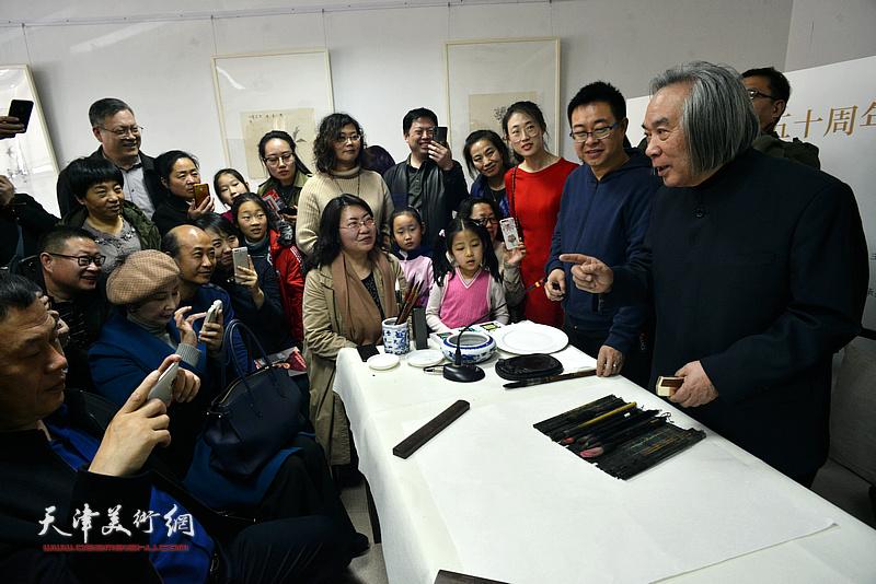 霍春阳在中国画传统艺术讲座上与听众交流。