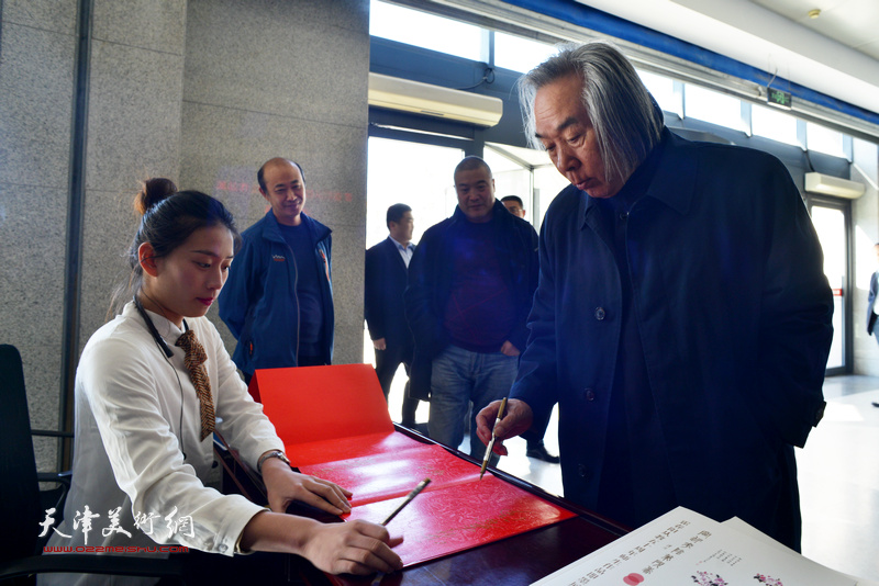 霍春阳在德馨艺术中心签到。
