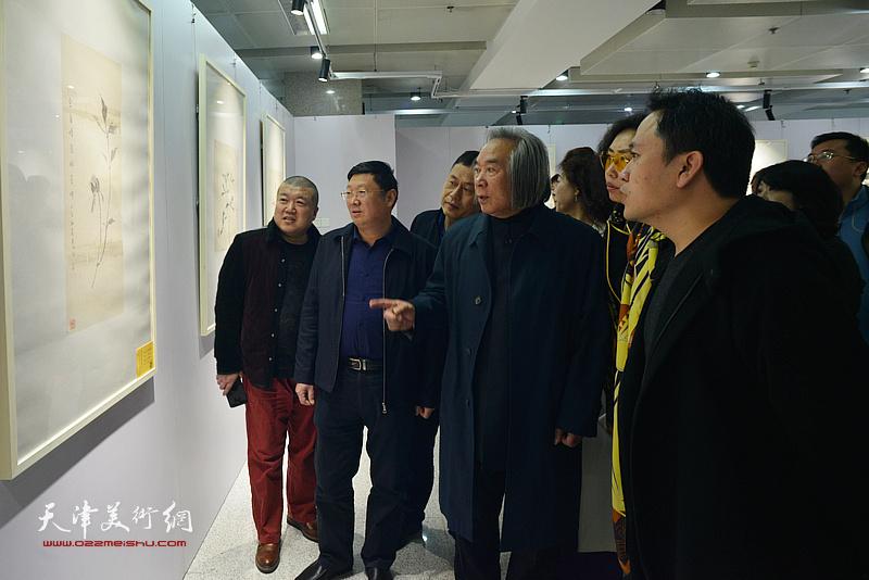 霍春阳、郝君良、霍岩观看展出的作品。