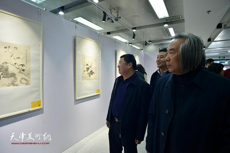 霍春阳、郝君良、吕大晓观看展出的作品。