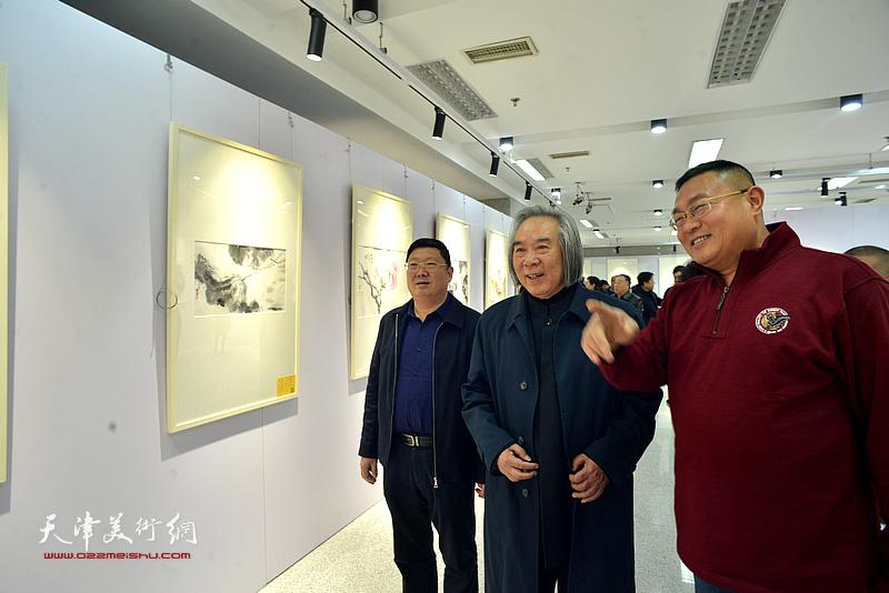 霍春阳、郝君良、谭胜伟观看展出的作品。