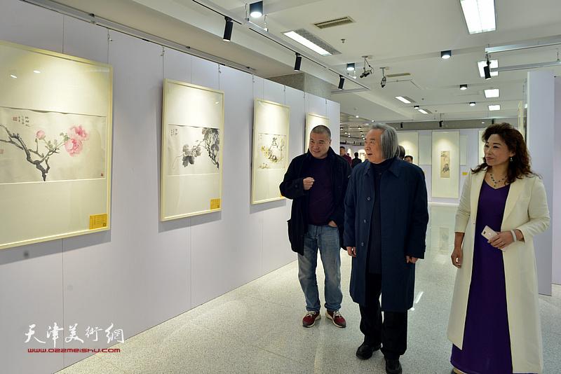 霍春阳、李金玺、时爱华观看展出的作品。