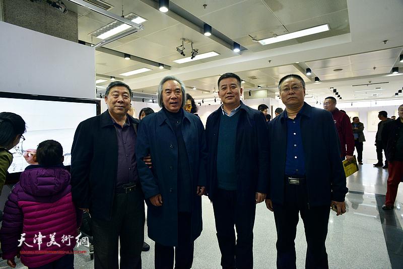 霍春阳与万太飞、吕大晓等在画展现场。
