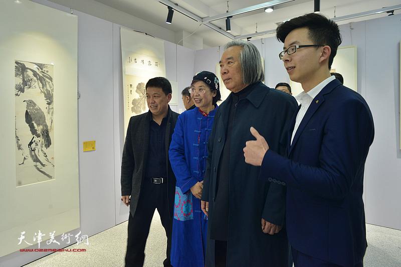 霍春阳与观众在画展现场。