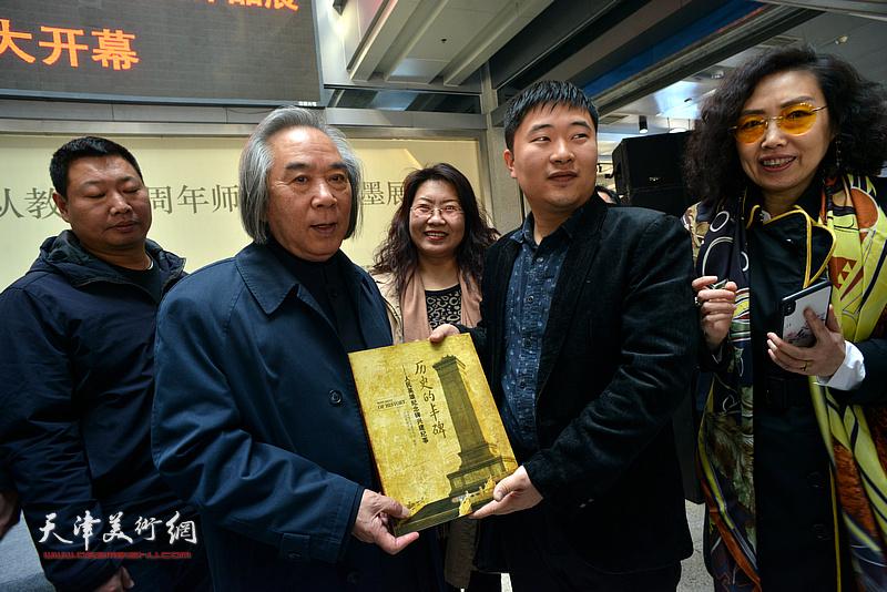 在青岛工作的天津美院毕业生专程为霍春阳送来画集。