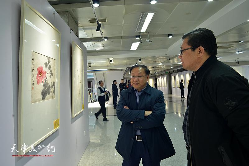 兰杰在观看展出的作品。