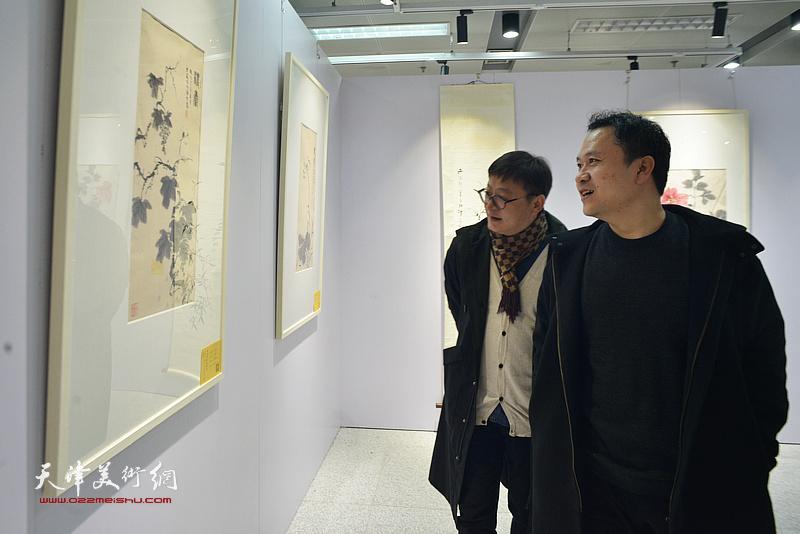 孙飞、霍岩在观看展出的作品。