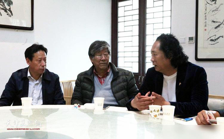 张东伟、王山岭、刘长龙在座谈会上。