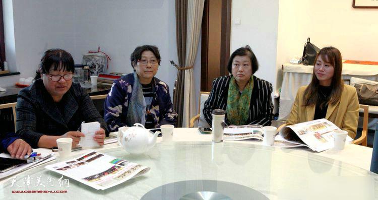 解俊茹、袁桂兰在座谈会上。