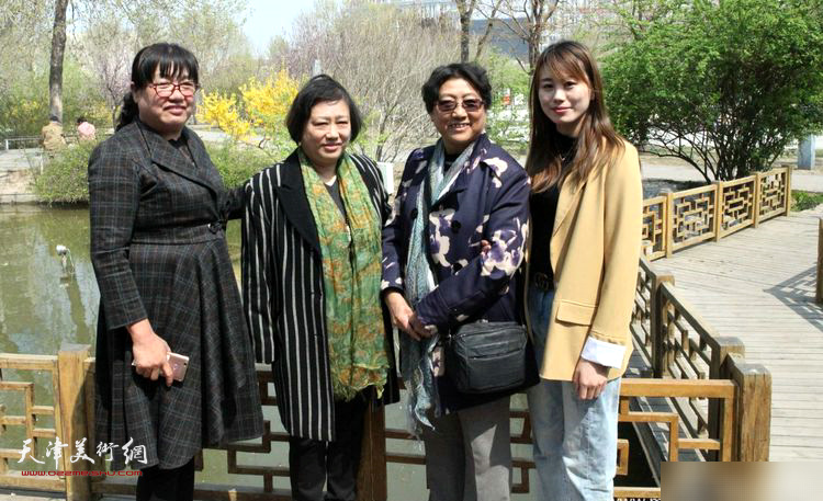 解俊茹、袁桂兰与兴隆客人在天津。