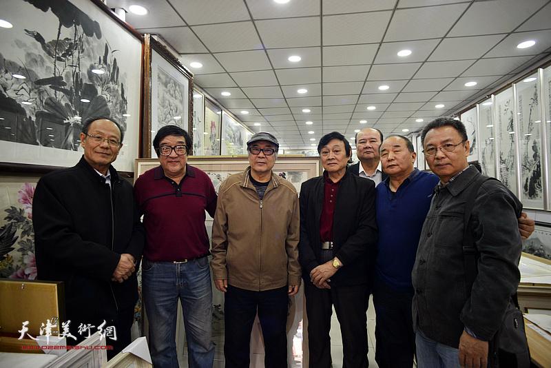 左起:黄禄衡、卢贵友、郭书仁、琚俊雄、祁宜选、李建华、李金恒在画展现场。