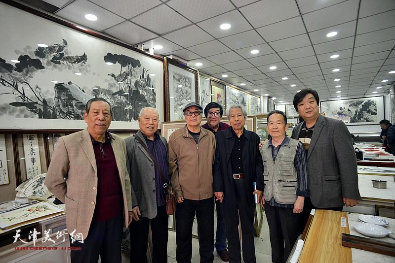 左起:佟有为、王俊生、郭书仁、卢贵友、赵作樑、丁砚章、翟洪涛在画展现场。