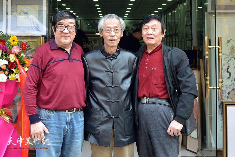 卢贵友与姚景卿、琚俊雄在画展现场。