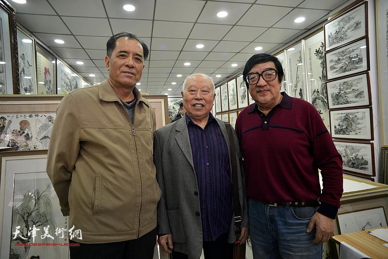 卢贵友与王俊生、张志连在画展现场。