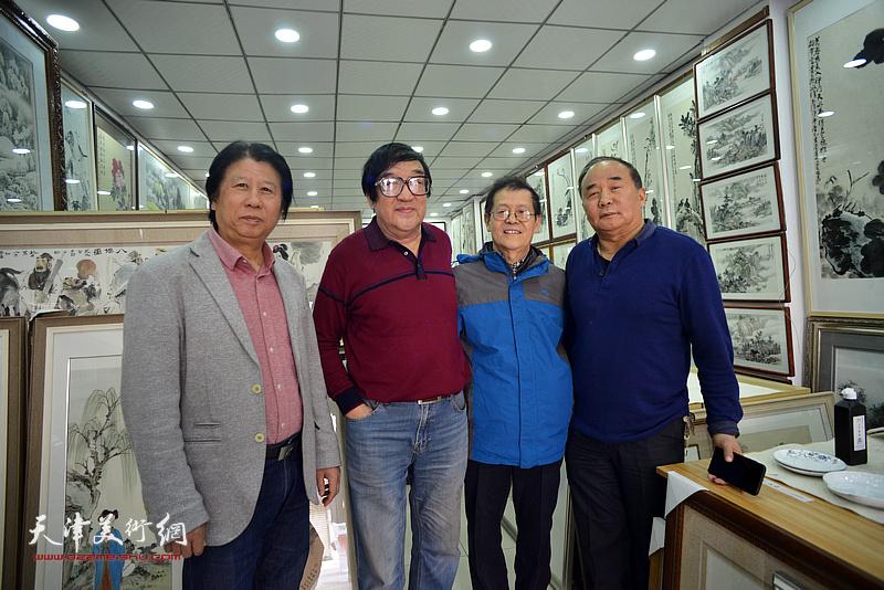 卢贵友与尚金声、李学亮、李建华在画展现场。