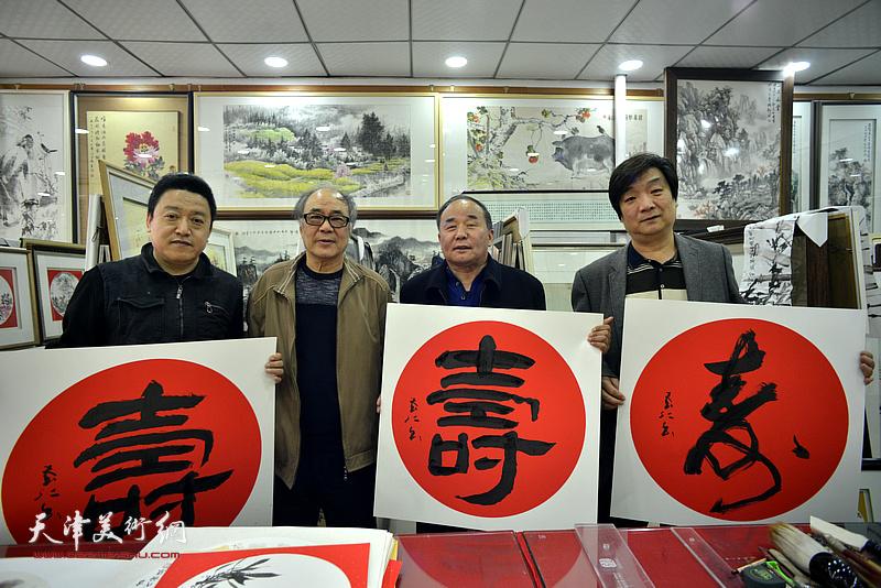 郭书仁、翟洪涛、单连辰、李建华在画展现场。