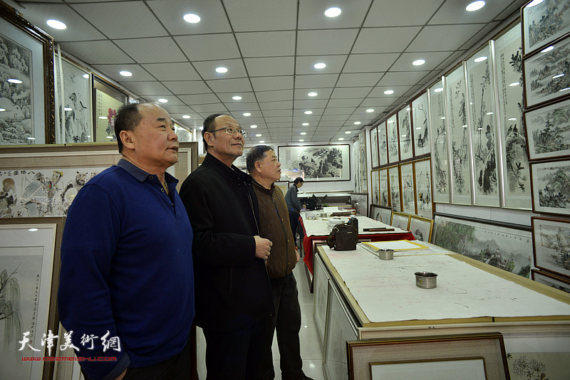 黄禄衡、董景波、李建华观赏展出的画作。