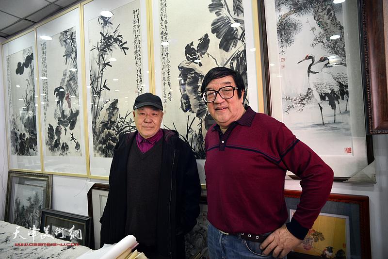 卢贵友、刘凤棋在画展现场。