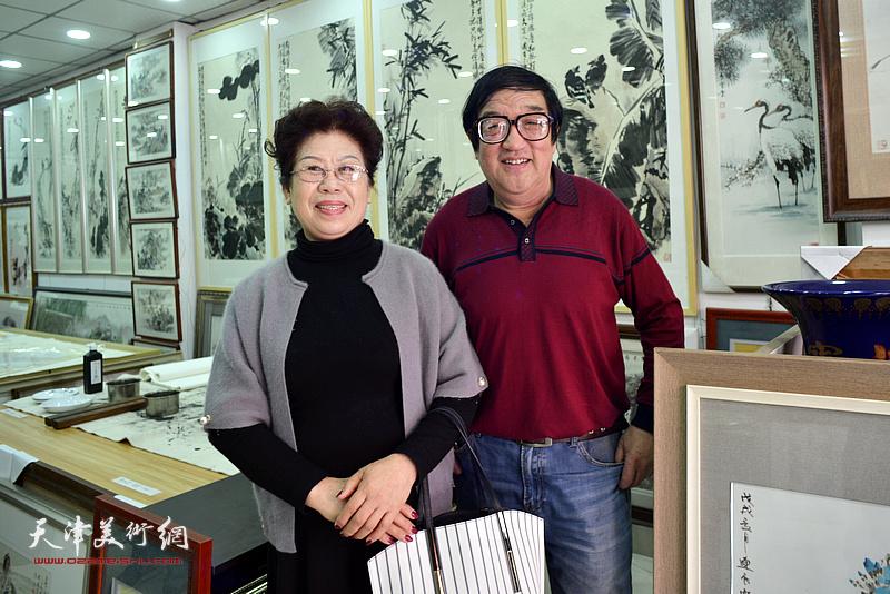 卢贵友、李凤梅在画展现场。