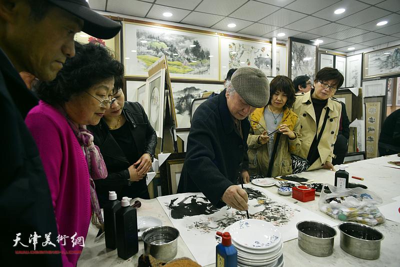 李风雨在画展现场创作。