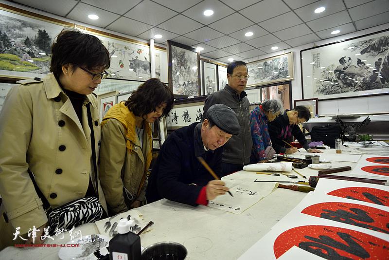 张建华在画展现场创作。