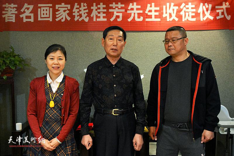 图为著名画家钱桂芳先生在拜师仪式上。