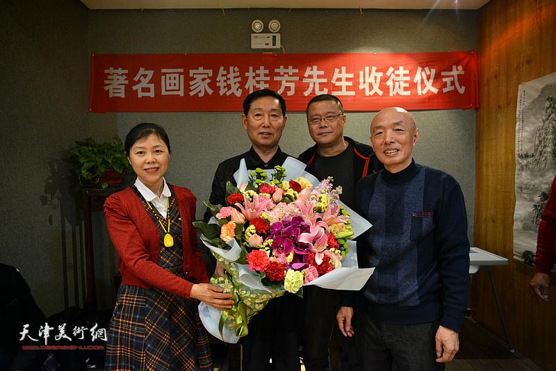 图为著名画家钱桂芳先生与新弟子王莘、陈莉、孙长文在拜师仪式上。