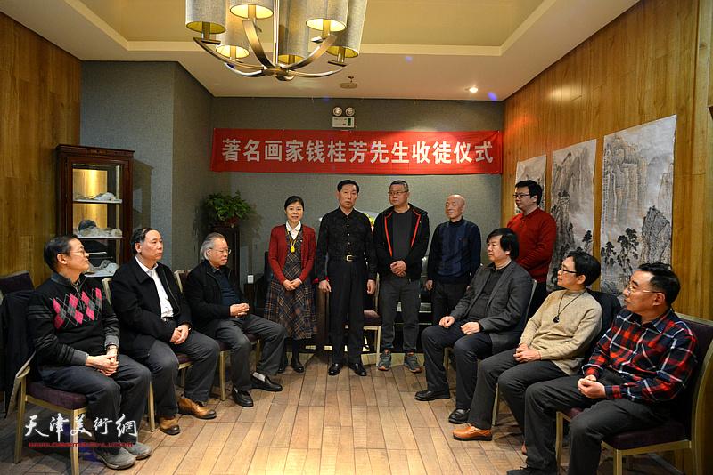 天津著名画家钱桂芳先生喜收王莘、陈莉、孙长文为徒,图为拜师仪式现场。