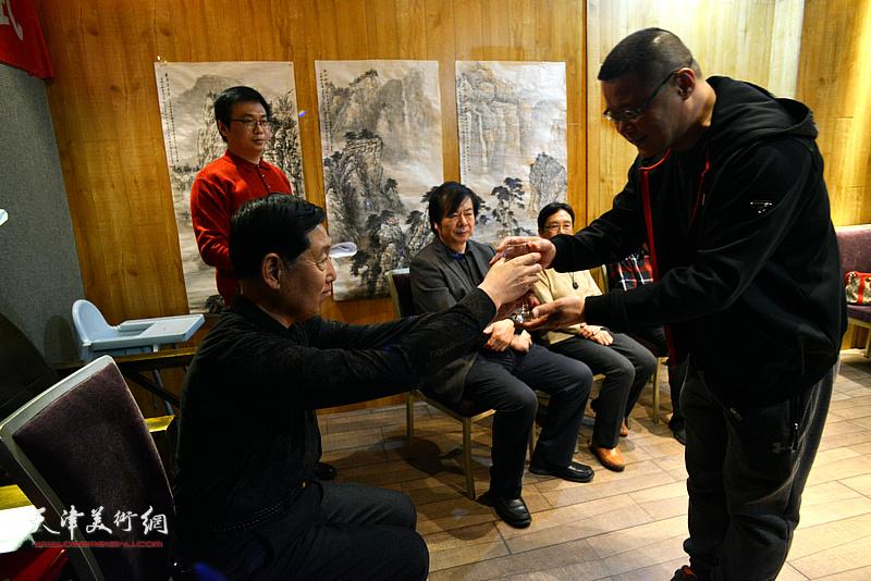 弟子王莘向老师钱桂芳敬茶。