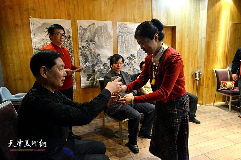 弟子陈莉向老师钱桂芳敬茶。