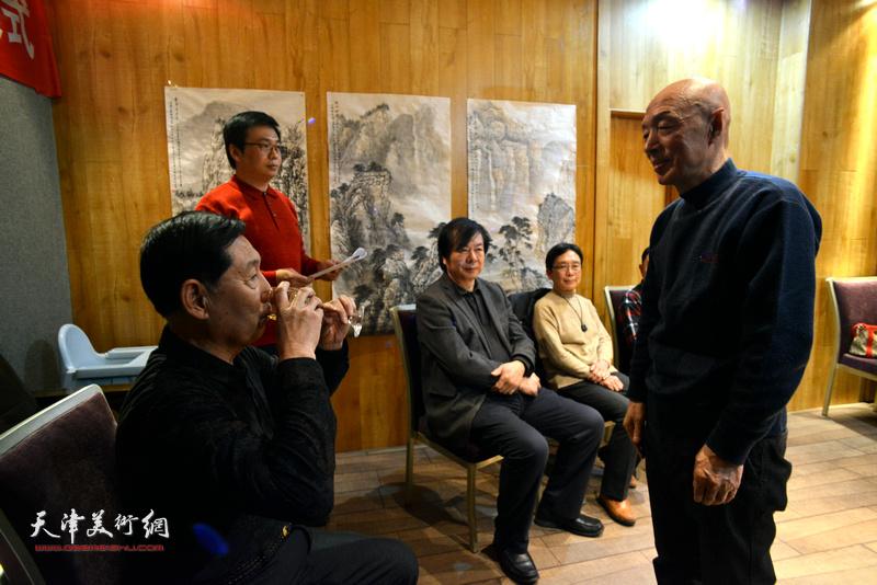 弟子孙长文向老师钱桂芳敬茶。