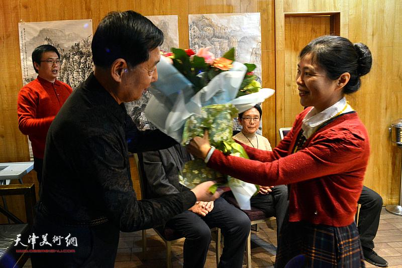 陈莉代表三位新弟子向老师钱桂芳献花。