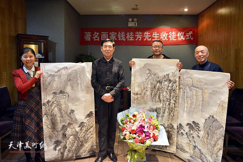 恩师钱桂芳向三位新弟子回赠画作。
