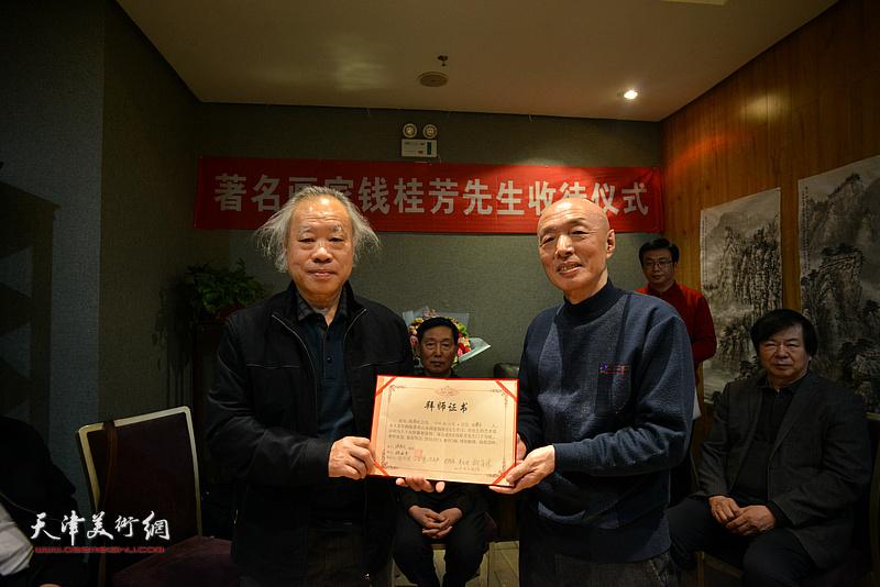 见证人王金厚向孙长文颁发拜师证书。