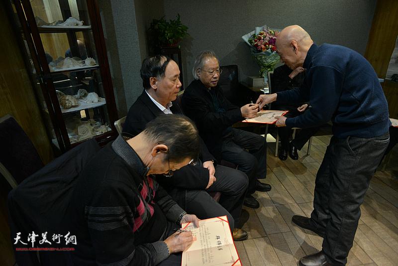 见证人郭凤祥、王金厚、尚金声在拜师证书上签名。