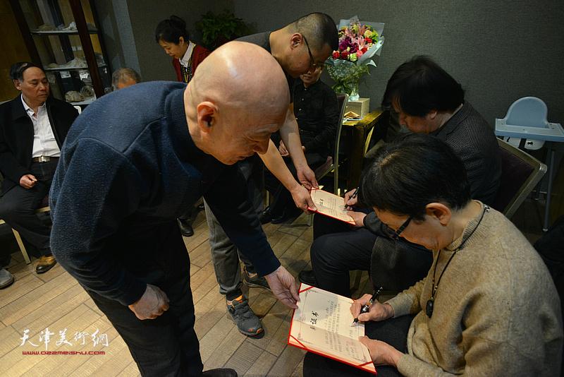 见证人史振岭、萧惠珠在拜师证书上签名。